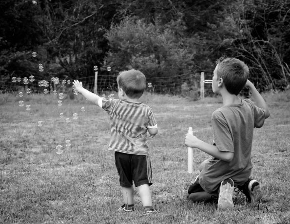 garçons font des bulles