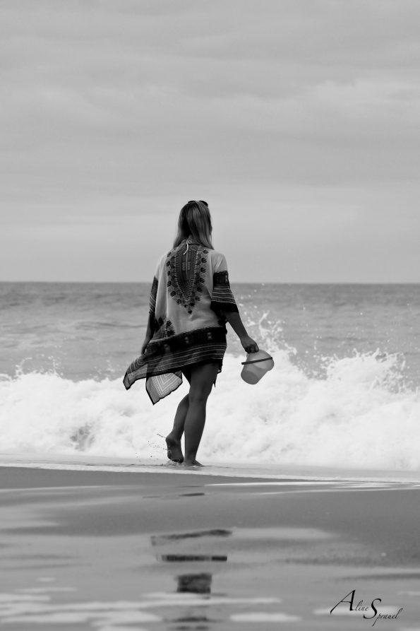 femme dans les vagues