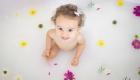 petite fille dans un bain de lait
