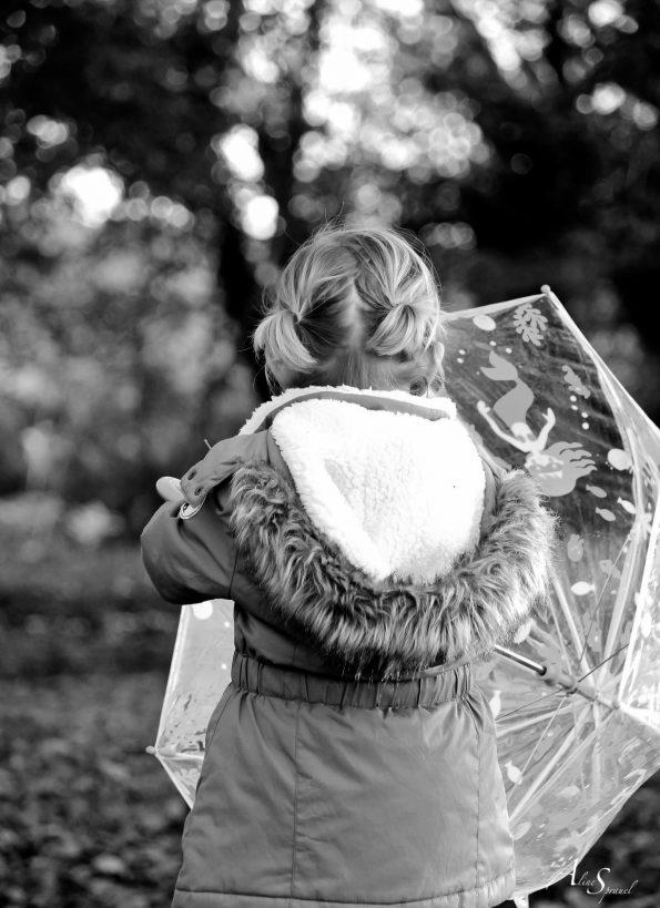 petite fille et son parapluie