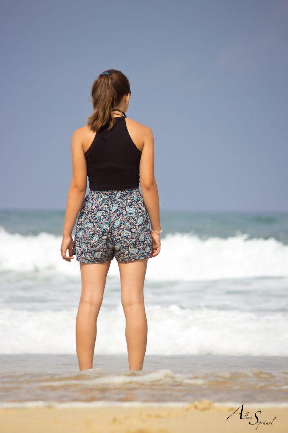 ado regarde l'ocean