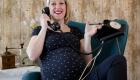 femme enceinte et vieux téléphone
