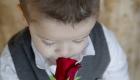 enfant sent une rose