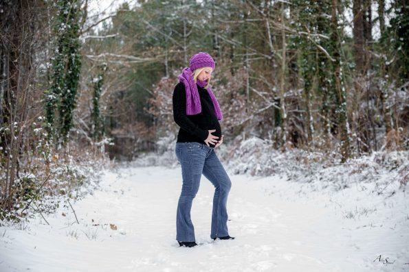 femme enceinte dans la neige