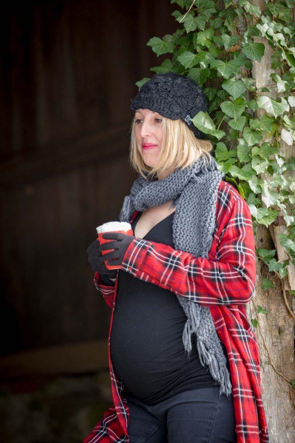 femme enceinte boit son cafe