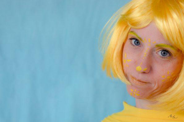 femme timide jaune