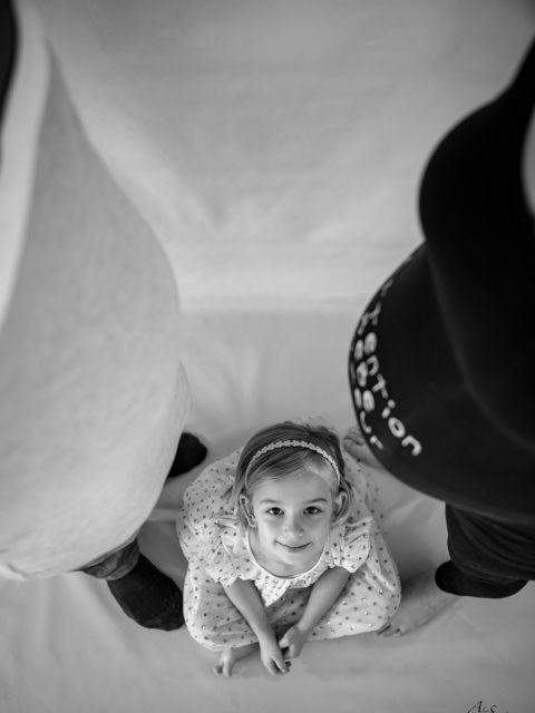 petite fille entre deux ventres