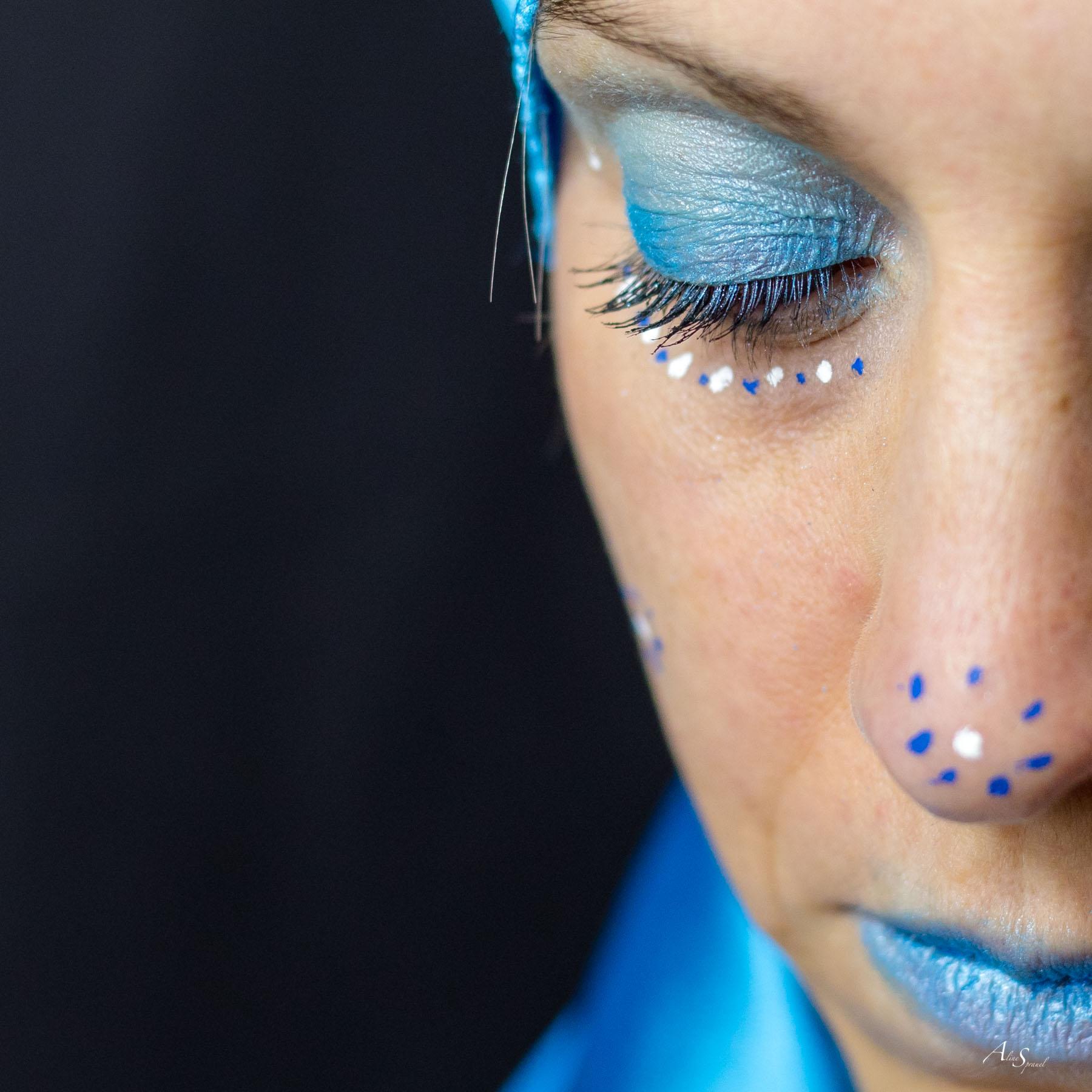 maquillage visage bleu