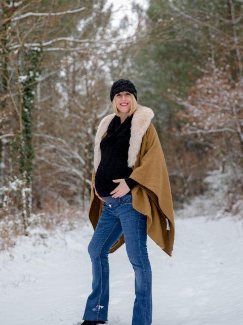 future maman pose dans la neige