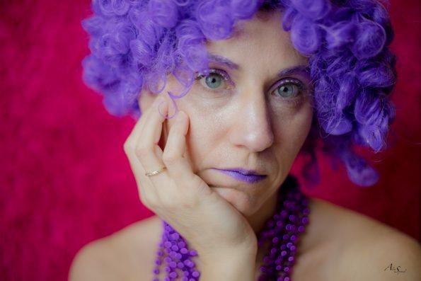 femme violette songeuse