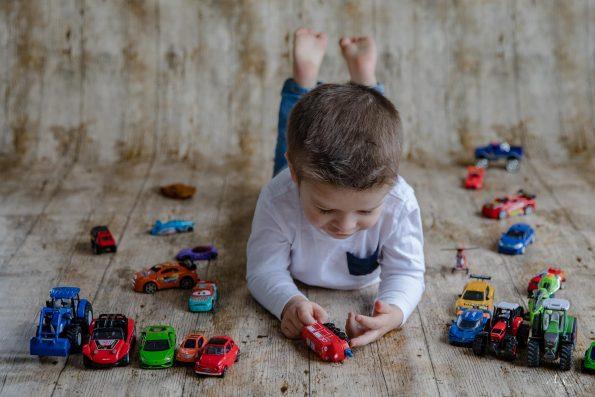 petit garçon joue aux voitures