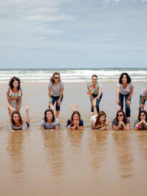 groupe de filles dans la mer