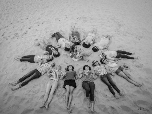 filles dans le sable