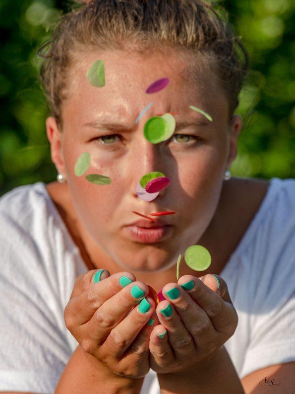 souffler des confettis