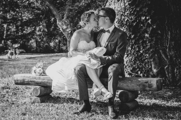 mariés sur un banc