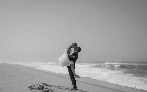 mariés s'embrassent