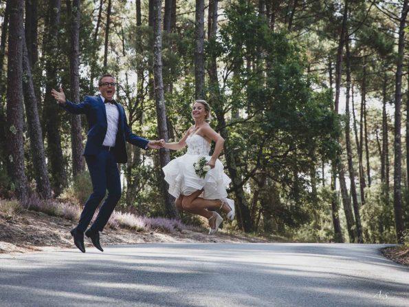 mariés sautent