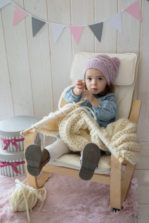 petite fille tricote