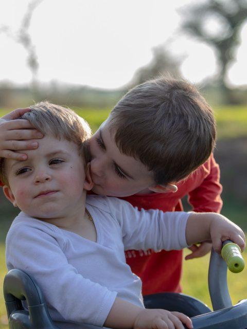 bisous entre frère