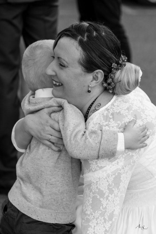 mariée embrasse son fils