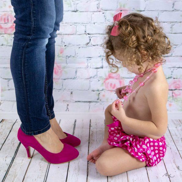 fillette et sa maman rose