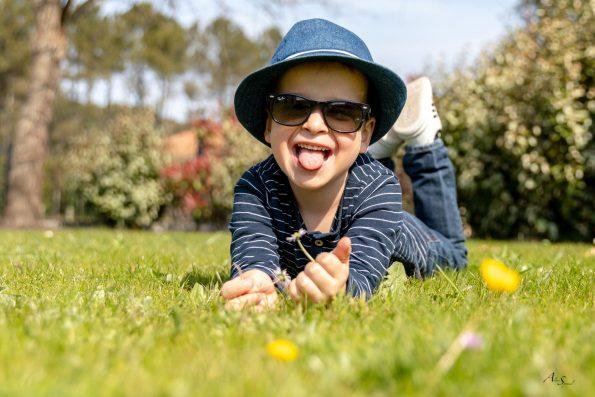enfant-dans-l-herbe