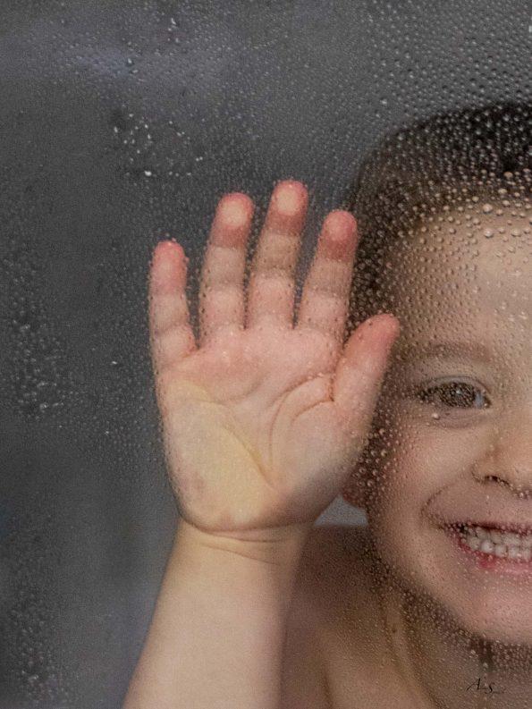 enfant-joue-sous-la-douche