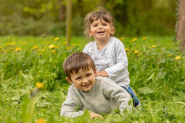 photo frere et soeur jouent