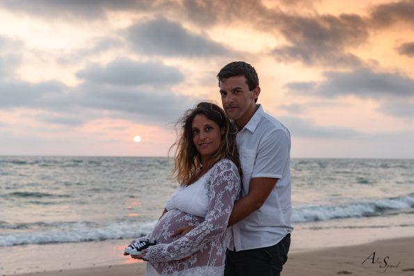 photo-couple grossesse-coucher-du-soleil-plage
