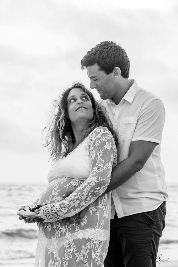 photo-grossesse couple-coucher-du-soleil-plage