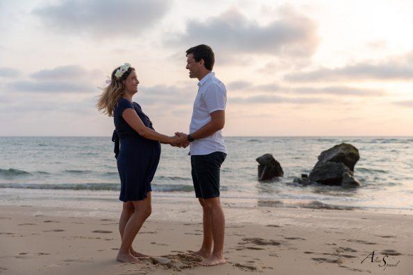 photo-grossesse-couple-plage